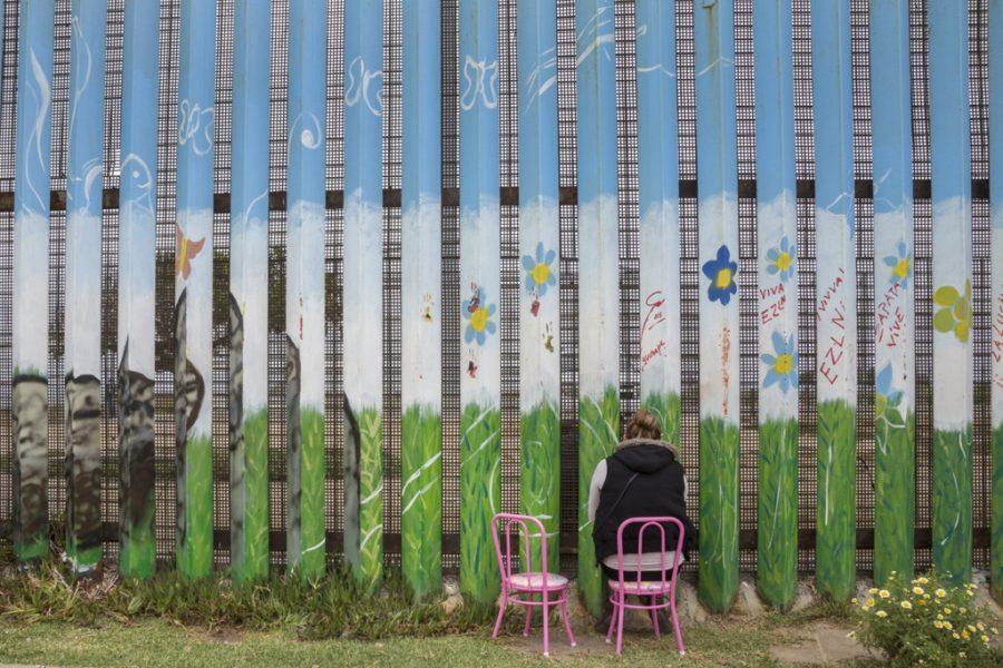 メキシコ、ティフアナにあるフレンドシップパークで国境の壁越しに面会するアレハンドラ・バエホーとその夫、ダニエル・アルメンダリス。夫婦はこの2か月間、毎週土曜と日曜にこの場所で会っている。仮釈放中のアルメンダリスはアメリカから出ることができず、バエホーは国境を越えるために必要な書類を取得できない。2016年5月15日撮影。写真提供:グリセルダ・サン・マルティン(掲載許諾済)