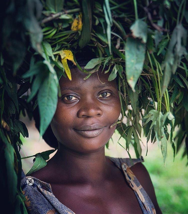 Une femme ougandaise qui veut être belle et en paix avec la nature. Photo de Spencer Montero, utilisée avec permission.