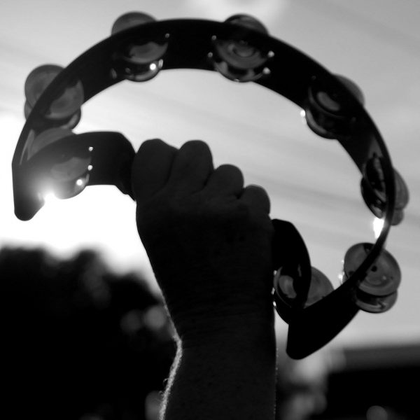 Тамбурин во время протестной акции Армии Тамбуринов 11 марта 2017 года против сексуального насилия в Кингстоне, Ямайка. Фотограф Storm Saulter, использовано с разрешений.