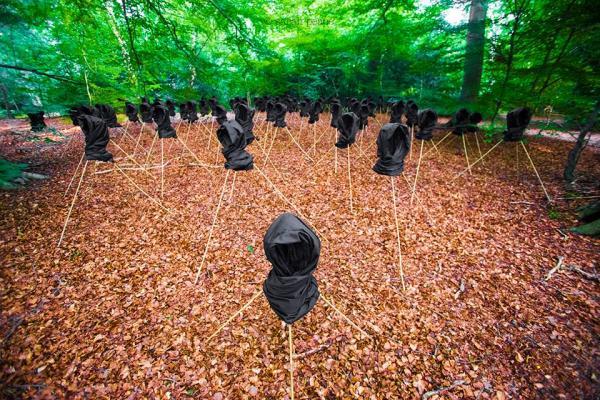 Un site artistique public de l'artiste nigériane Sarah Peace dédié aux filles de Chibok kidnappées [Image publiée dans le domaine public]
