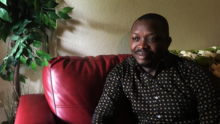 Floribert Mubalama est venu aux États-Unis il y a trois ans, après avoir vécu pendant huit ans dans un camp de réfugiés. Il vit maintenant à Sea Tac, à Washington avec sa famille - ensemble avec deux autres réfugiés qu'il héberge. Crédit: Isabel Vázquez / NextGenRadio