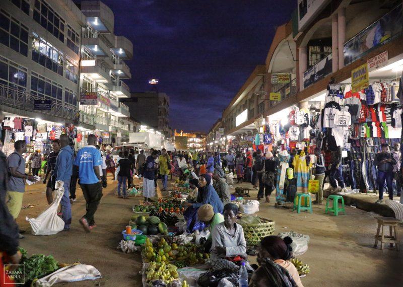 """""""Nous n'avons pas à être complexes, comme toute autre société.""""Le centre-ville de Kampala, le soir. PHOTO de Zahara Abdul, utilisée avec la permission"""