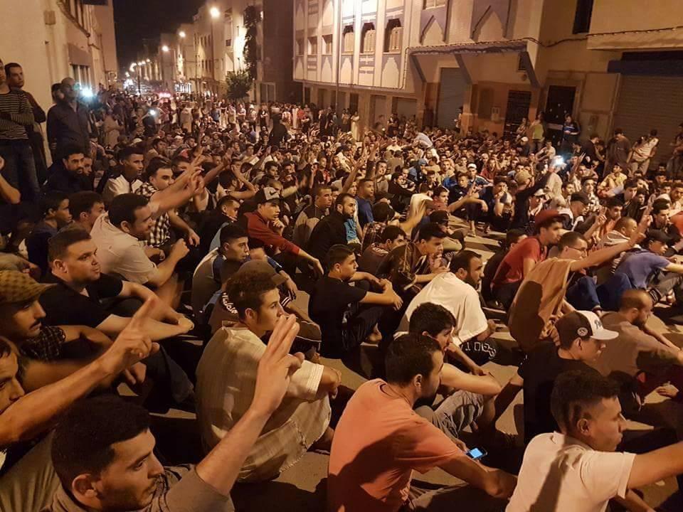 Manifestants à un sit-in à Imzouren, à 14 km de la ville d'Al-Hoceima dans la région du Rif. Photo de AlhoceimasOfficiel. Utilisée avec la permission.