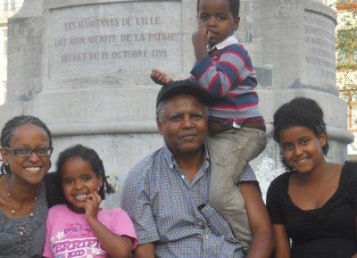 M. Andy avec sa famille. Photo téléchargée