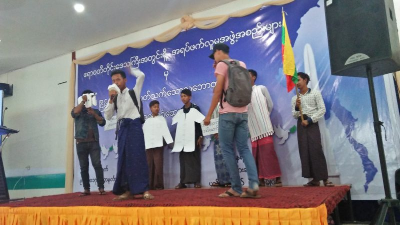 Les étudiants jouant une pièce de théâtre jugée diffamatoire par l'armée birmane / Salai Thant Zin / The Irrawaddy