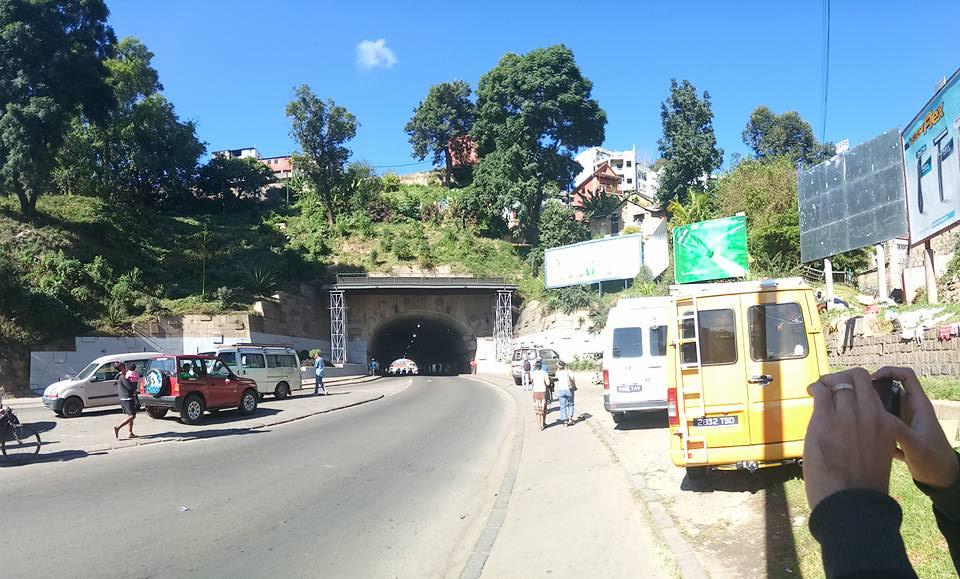 Vue du tunnel d'Ambanidia à Antananarivo partagée sur Facebook par Caleb Landry. Utilisée avec sa permission.