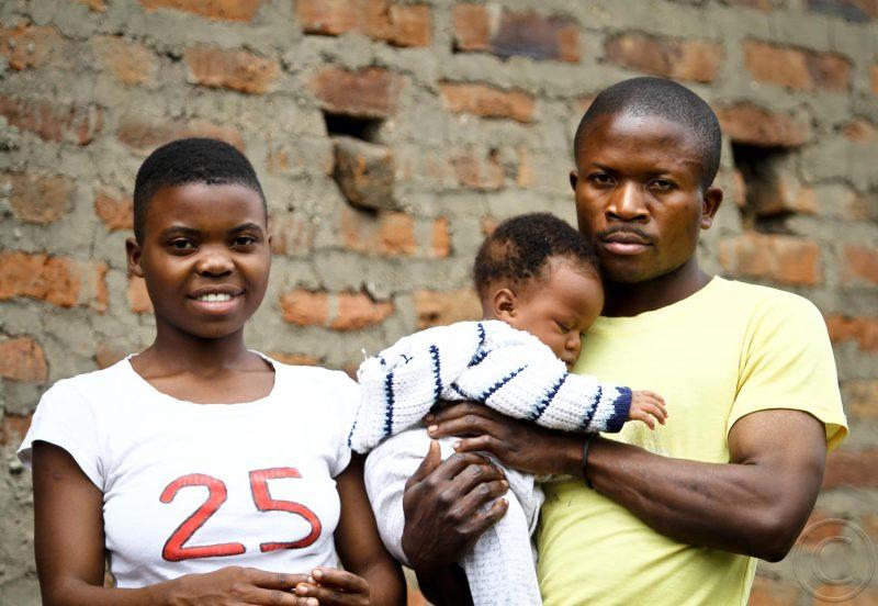 Mme Itungu Zonnet, du district de Kasese, dans l'ouest de l'Ouganda, une mère de trois enfants à l'âge de 19 ans. Photo d'Edward Echwalu. Utilisé avec la permission.