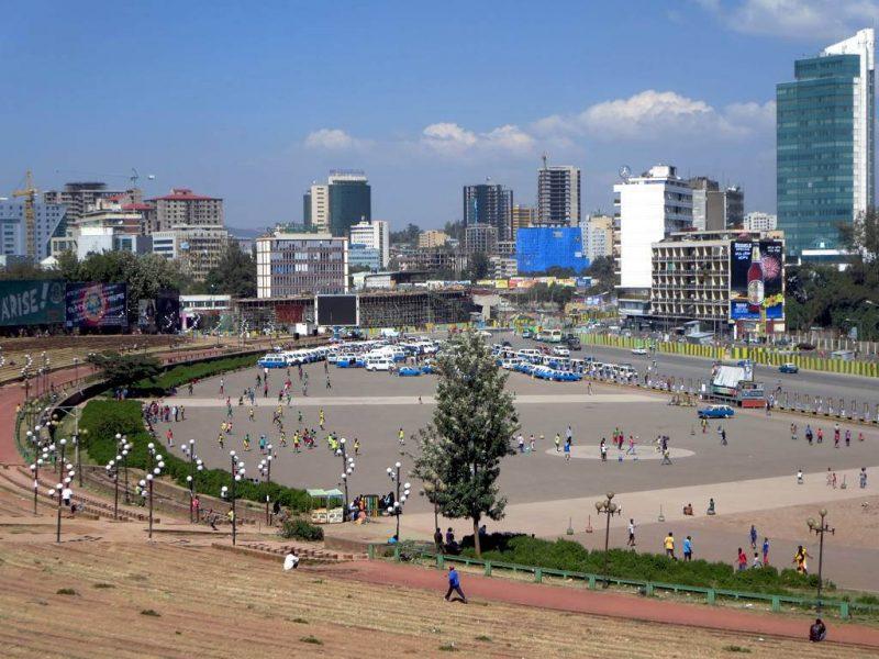 L'horizon d'Addis-Abeba plein de gratte-ciels fournissent une toile de fond pour la place Meskal, site de défilés militaires et de rassemblements pendant l'ère communiste qui s'est terminée en 1991. Photo de David Stanley via Flickr. CC BY 2.0