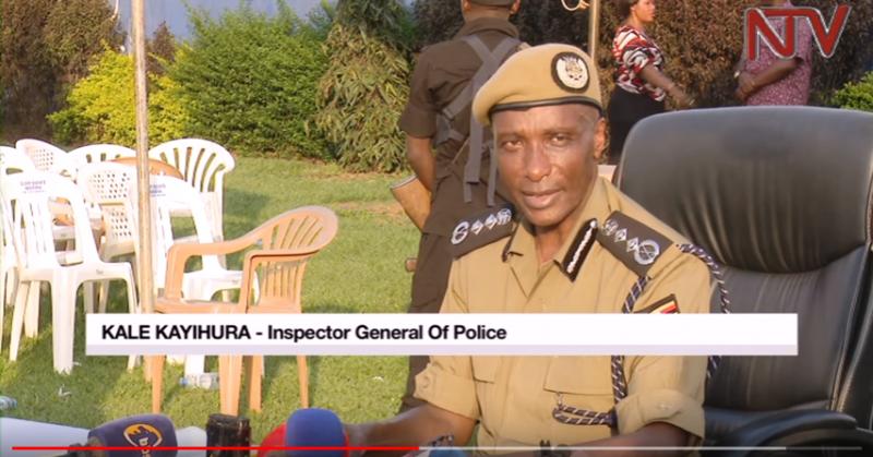 Une capture d'écran d'une vidéo YouTube montrant l'inspecteur général de la police, M. Kale Kayihura, s'adressant au public à Nansana, district de Wakiso, où plusieurs femmes ont été assassinées.