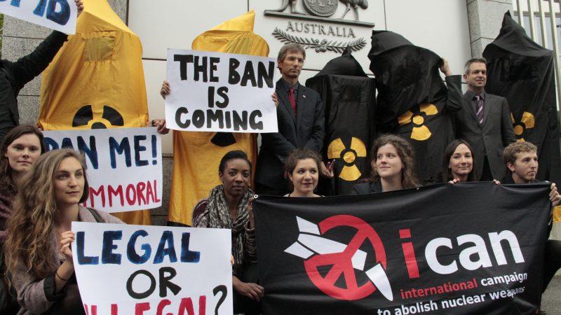 Kampanjantoj de ICAN protestas ekster la Konstanta Misio de Aŭstralio ĉe UN en Ĝenevo la 12an de majo 2016