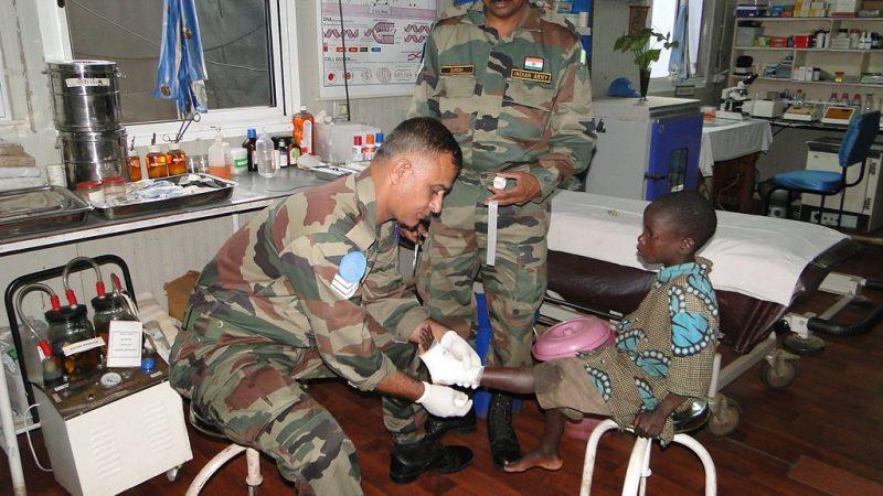 Medici militari indiani curano un bambino a Kiwanja, nella Repubblica Democratica del Congo. Fonte: The Blue Berets. CC BY-SA 2.0