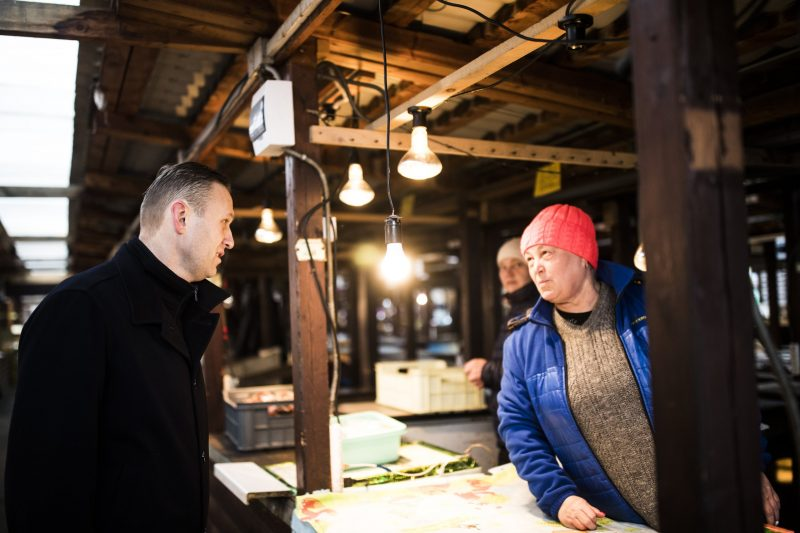 Alexey Navalny dans une usine en train de parler avec un travailleur immigré