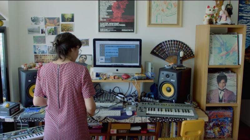 """Capture d'écran de la série """"LiveYourMusic"""" réalisée par le média chilien en ligne Pousta en collaboration avec la marque de bière Heineken. En premier plan, le musicien et producteur électronique Valesuchi montre son lieu de travail. Disponible sur Youtube."""