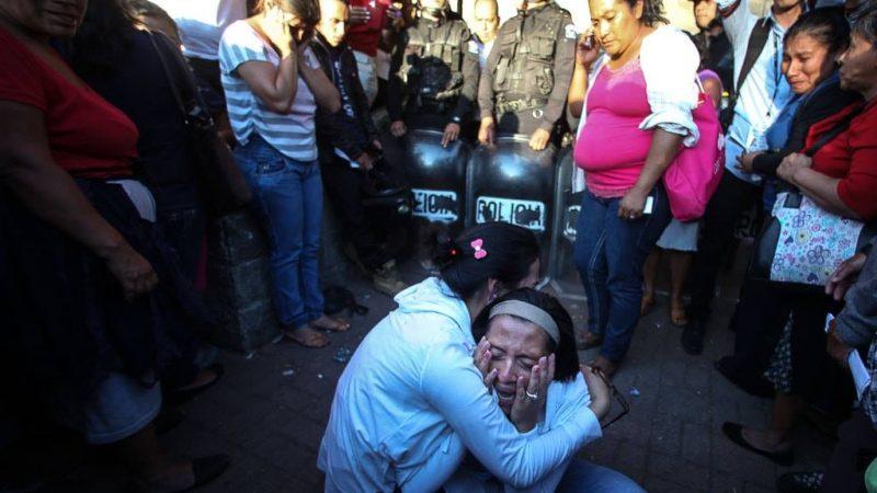 """""""La même semaine où l'Amérique latine a défilé dans les rues et ont utilisé la Toile pour défendre les droits des femmes, le public régional a été choqué par la mort de 41 jeunes femmes à l'intérieur d'un refuge aux environs de la ville Guatemala."""" Photo: Carlos Sebastián pour les médias en ligne Nómada. Utilisé sous Creative Commons - non spécifié - licence."""