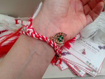 Bracelet en laine pour la Journée de la marche des grands-mères appelé martinka / mártenitsa / mărţişor / martis / verore. Photo par HAEMUS, utilisée avec permission.