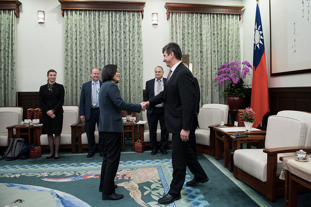 Taïwan essaie d'établir des relations bilatérales avec d'autres pays sous la présidence de Tsai lingwen. Cette dernière est ici photographiée lors d'une poignée de main avec Michael Szony, Directeur du Centre Fairbank d'Etudes Chinoises de l'Université de Harvard, lors de sa visite le 9 janvier 2017. Photo du Bureau de la Présidente de la République de Chine.