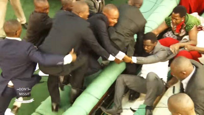 Члены парламента Уганды дерутся. Скриншот из программы Волокосо Му Уганда на официальном канале в YouTube.