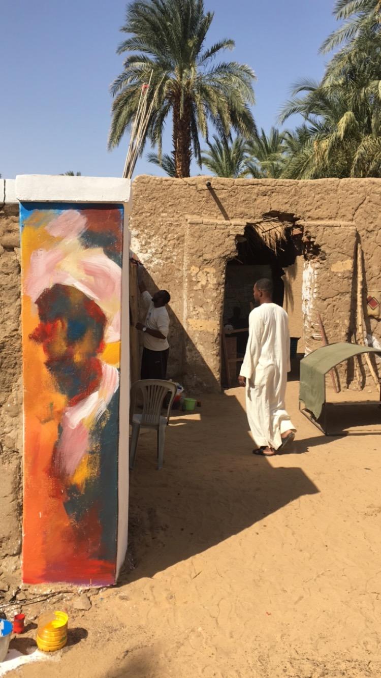 """Certains se sont demandés : """"Pourquoi est-ce de l'art, si je peux griffonner la même chose ?"""" L'omda (le maire) répondait toujours : """"<em>Fananin majann sai</em> ; eux, ce sont les artistes fous."""" Photographie de Khalid Abaih. Reproduite avec autorisation."""