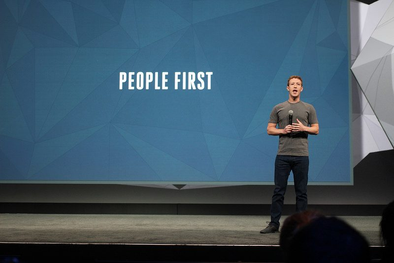O CEO do Facebook, Mark Zuckerberg, em palco na conferência F8. Foto de pestoverde no Flickr (CC BY 2.0)