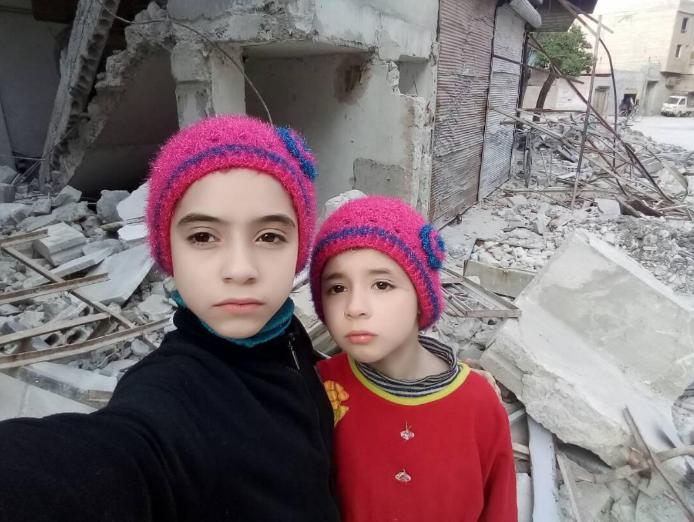 Noor et Alaa filment la destruction causée par les frappes aériennes du régime syrien dans la Ghouta orientale. Utilisation autorisée.