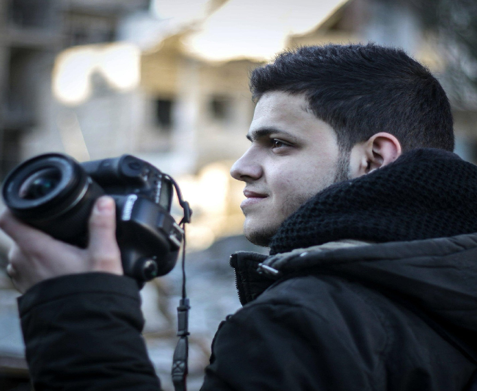 """Mahrous Mazen tient un appareil photo et filme les raids aériens du régime syrien.<a href=""""http://twitter.com/mahrous_mazen2/"""">Source: Twitter</a>"""