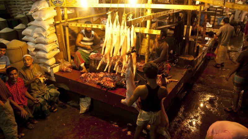 متجر جزارة في دكا ، بنجلاش ، السوق. صورة من فليكر عبر المعهد الدولي لبحوث السياسات الغذائية. 2010. CC: BY-NC-ND 2.0A