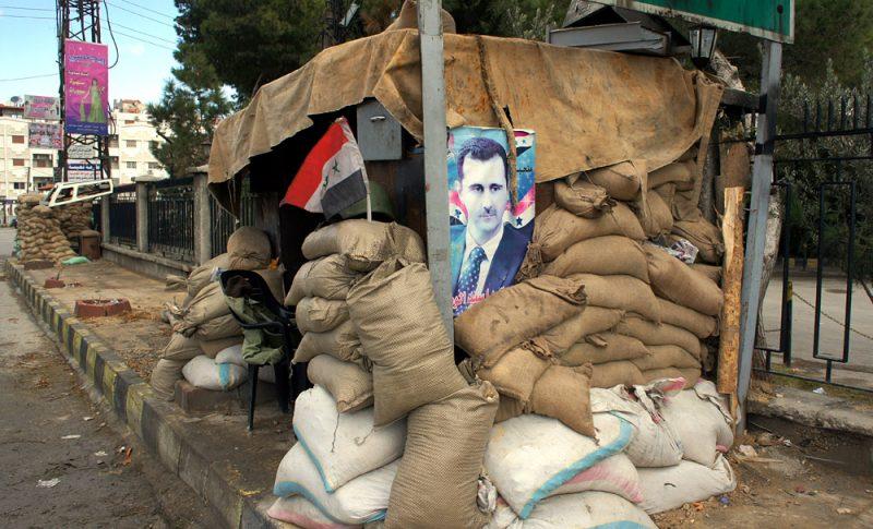 Плакат с президентом Сирии на контрольном пункте на окраине Дамаска, 14 января 2012 года