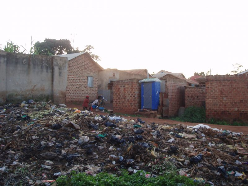 A photo showing mixed biodegradable and plastic trash in a Kampala suburb. Photo by Enno Schröder. CC BY 2.0
