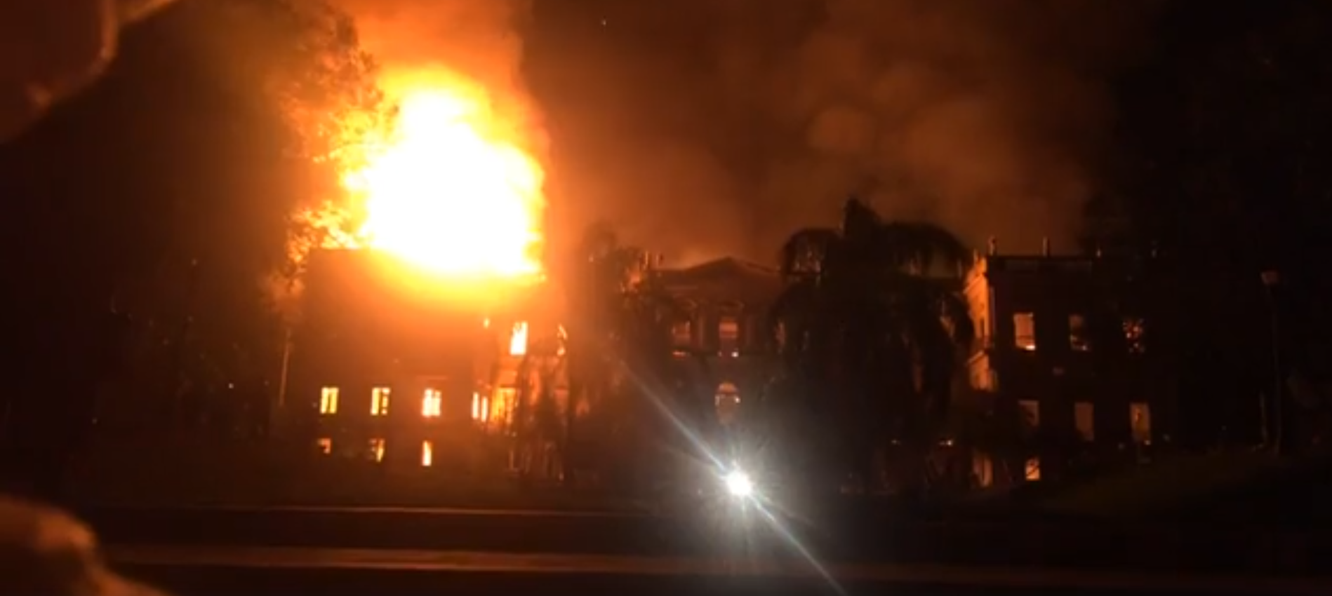 "Firefighters tried to put out the fire at the National Museum for hours. The lack of water was a problem | Image: Screenshot from Felipe Milanez's <a href=""https://www.facebook.com/felipe.milanez/videos/2356922267666421/"">Facebook live </a>"