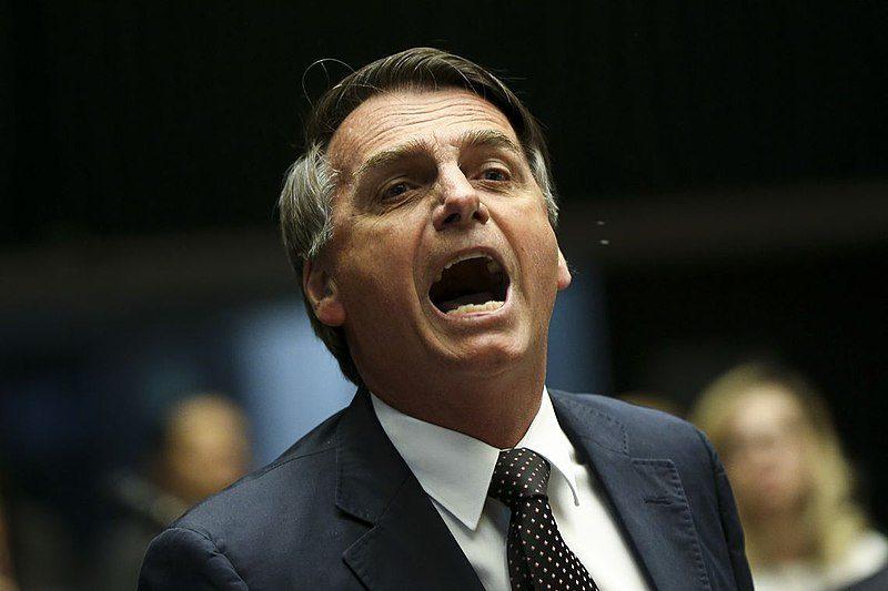 Au Brésil, l'infox va-t-elle porter le favori d'extrême-droite de la présidentielle à la victoire ?