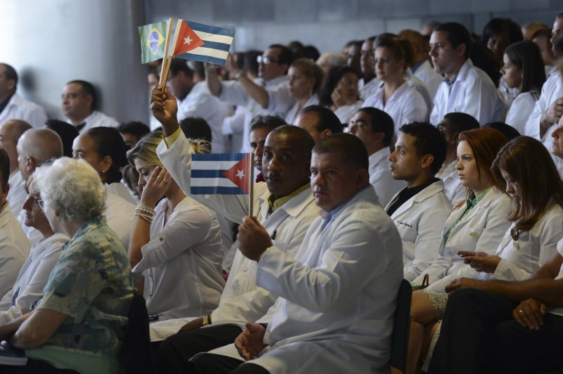Por que Cuba decidiu retirar 8000 médicos do Brasil