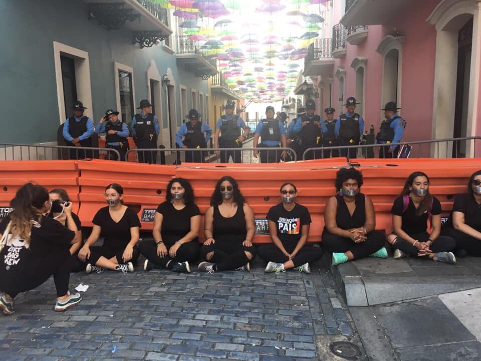 Feminist groups protesting in front of La Fortaleza, the governor's mansion, in San Juan, Puerto Rico, on July 12, 2019. Image shared on social media by the Twitter account of @TodasPR, a project created by women journalists that aims to make women's voices visible in journalism.