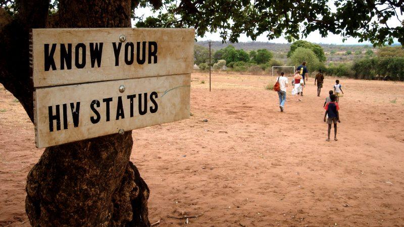"""Sans les antirétroviraux du Fonds mondial, les Camerounais séropositifs risquent """"la peine de mort"""" · Global Voices en Français"""