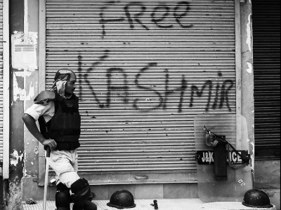 India partially lifts communications blackout in Kashmir, internet still down · Global Voices
