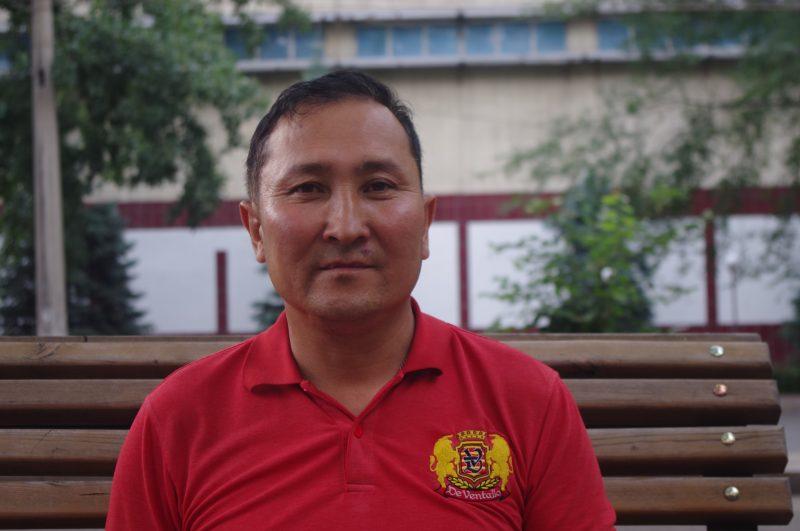 Tursynbek Kabiuly, ancien détenu au Xinjiang, arbore un demi-sourire.