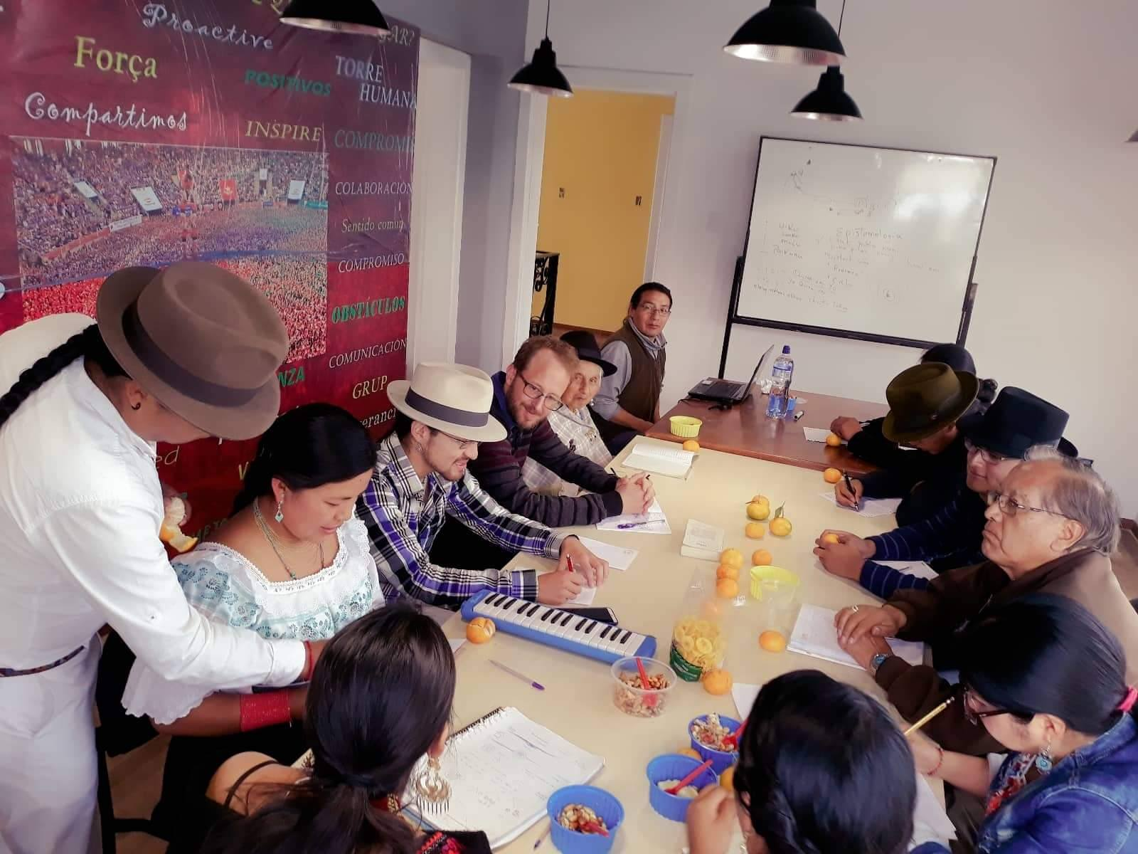 Um grupo de estudantes estudando quíchua, uma das línguas ancestrais do Equador. Foto enviada, usada sob permissão.