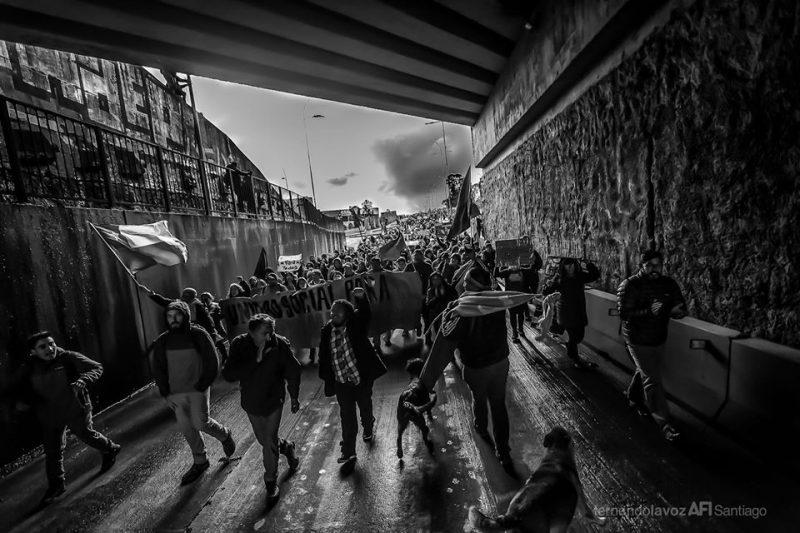 """صورة لمسيرة احتجاجية عام 2019 في مدينة أوسورنو، بتشيلي، موجودة في ألبوم """"ميسادا"""" المذكور أعلاه (2019)، وتم النشر بموجب الموافقة."""