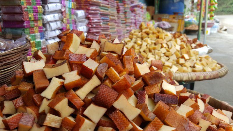 Pile de chhurpis sur un marché local au Népal