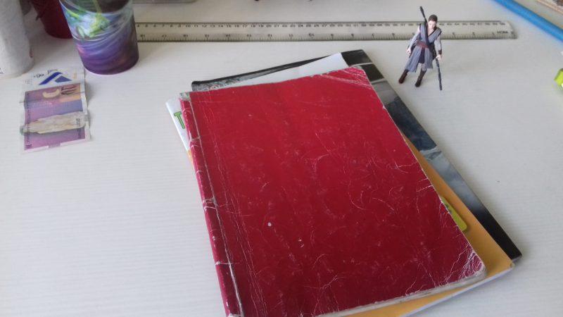 Le bureau d'un étudiant macédonien : manuels, règle, et figurine de jeu.
