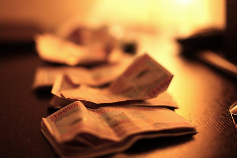 Des liasses de francs CFA sur une table.
