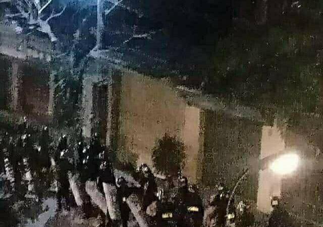 Photo floue de l'intervention nocturne de la police à Dong Tam au Vietnam.