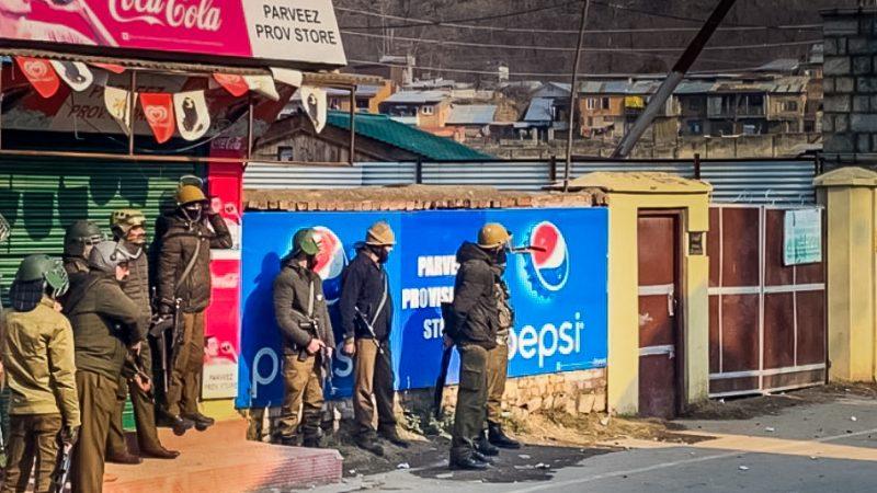 Les forces de l'ordre s'apprêtent à intervenir à Srinagar, lors d'un affrontement avec des étudiants