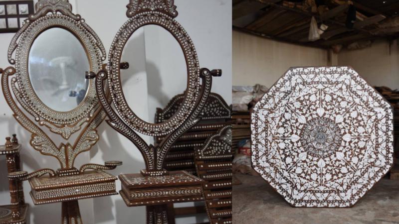 Des miroirs sur pied, des sièges et une table avec des ornements en marqueterie.