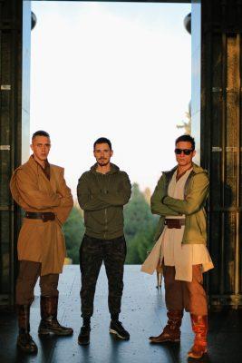 Darko Ivić, Stevan Filipović et Slaven Došlo se tiennent debout, les bras croisés, dans l'encadrement d'une immense porte. Ils sont en costume, dans des tons ochre.