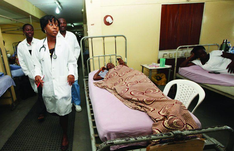 Trois médecins déambulent aux milieux de patientes alitées.