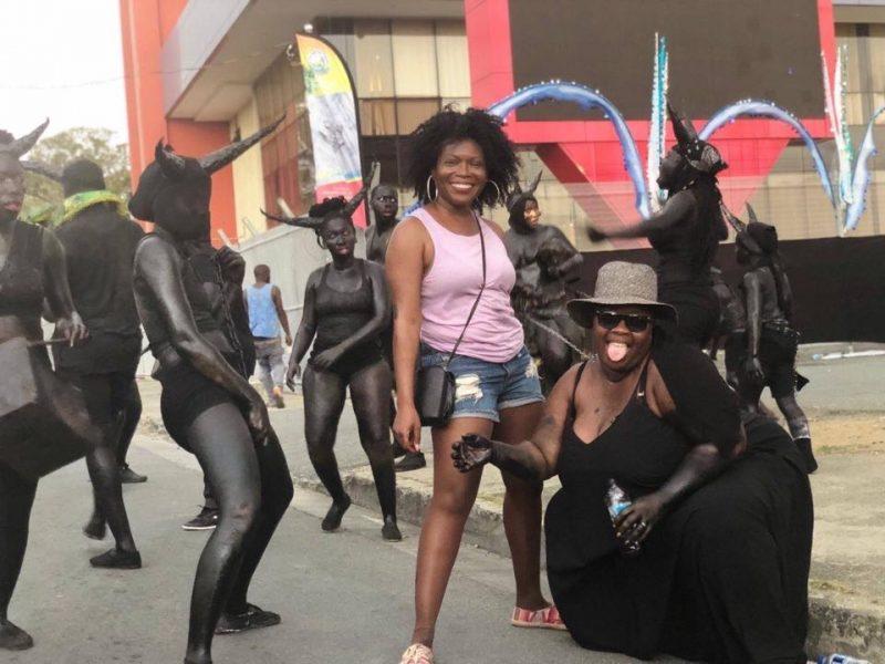 Des femmes à la peau peinte en noir, cornes sur la tête, interprètent Jab Molassie