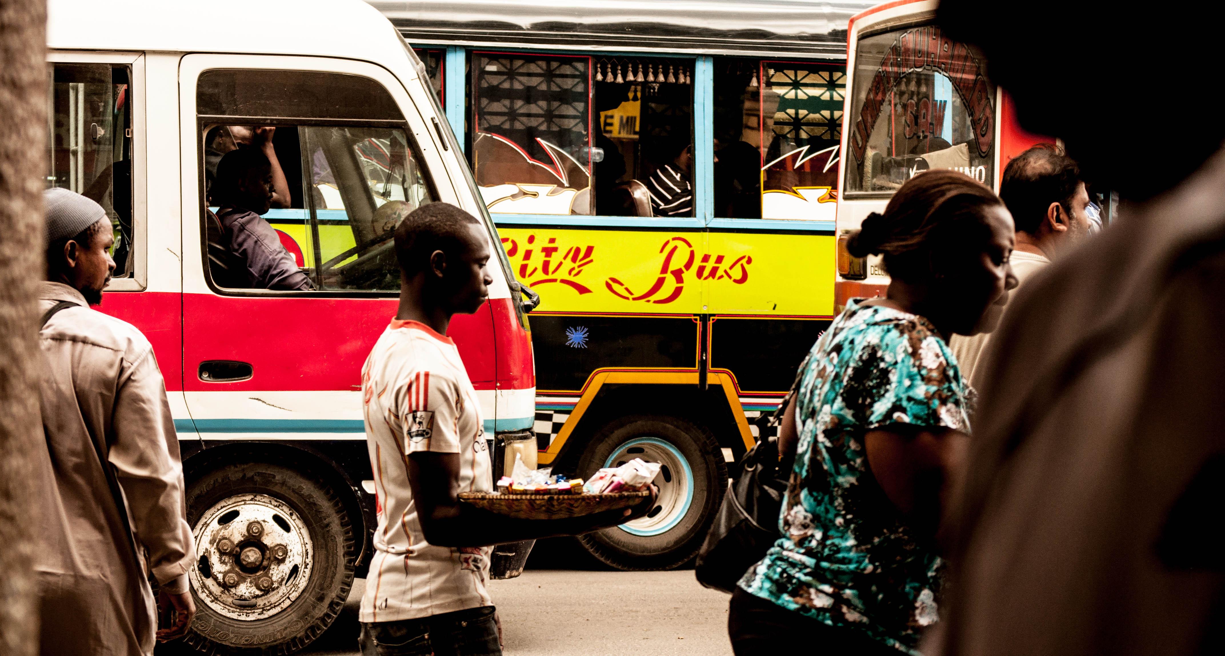 Photo d'une rue de Dar es-Salaam, montrant la foule sur les trottoirs et une rue embouteillée
