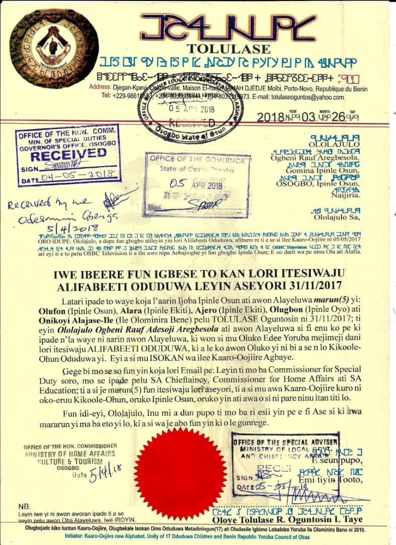 Copie de la lettre officielle adressée en yoruba au gouverneur de l'État d'Ọ̀ṣun. L'en-tête et la signature sont transcrites en alphabte Oduduwa.