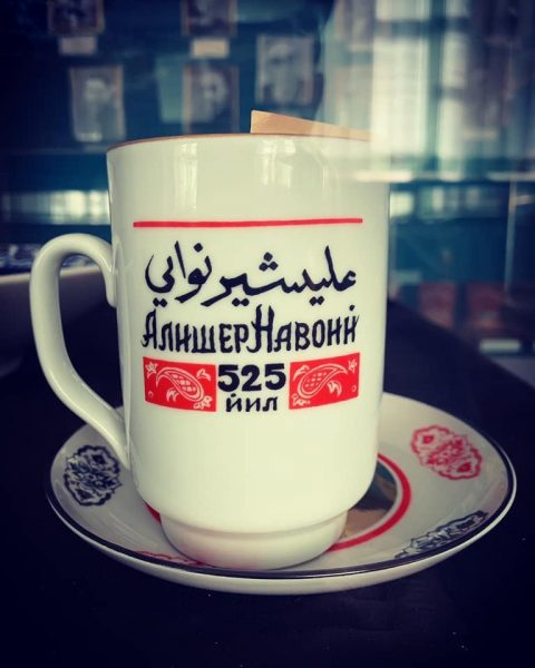 Tasse portant le nom du poète Alisher Tavoï Navoï en alphabet arabe et cyrillique