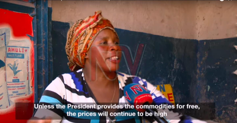 Une marchande ougandaise s'exprime au micro de NTV Uganda